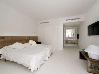 Sunny 4 bedroom Villa in Es Cubells - Es Cubells vacation rentals