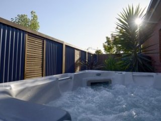 Maple Tree House - Modern 3 Bedroom 2 Bathroom Town House with Hot Tub - Benalla vacation rentals