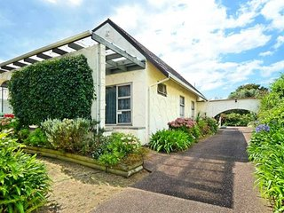 NEAR Transport Group and Space Lover Delight - Mt Eden vacation rentals