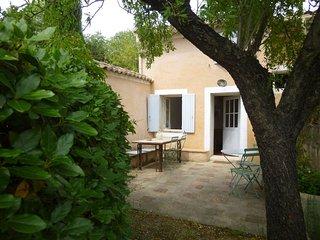 maison ancienne sur colline arborée face au village - Malemort-du-Comtat vacation rentals