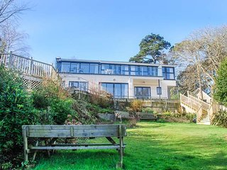 THE SEASCAPE, hot tub, decked terrace and lawned garden, panoramic sea views - Shanklin vacation rentals