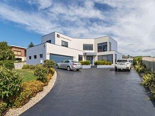 Madsen Retreat Big 4 bedroom House Ocean Views Close To Beach - Penguin vacation rentals