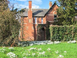 THE OLD VICARAGE, woodburner, open fire, private gardens, nr Peterchurch, Ref - Vowchurch vacation rentals