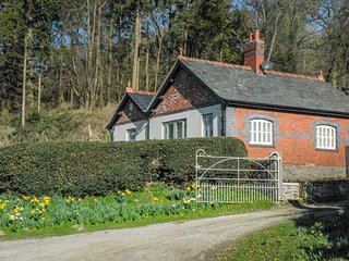 BRYN GWALIA LODGE, detached former lodge house, all ground floor, woodburner, en-suites, in Llangedwyn, Ref 933762 - Llangedwyn vacation rentals