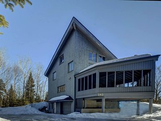 Skieur-3 Minutes drive to North Side Parking - Lac-Superieur vacation rentals