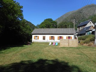 Nice Gite with Internet Access and Television - Aragnouet vacation rentals