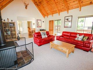Gorgeous 4 bedroom Harrietville House with Deck - Harrietville vacation rentals