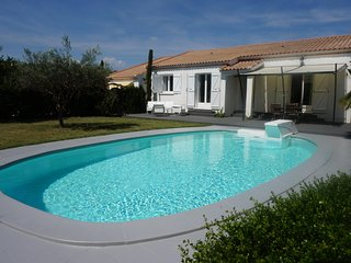 Beautiful Villa with lovely pool just 25mins from Mediterranean coast & beaches - St Genies de Fontedit vacation rentals