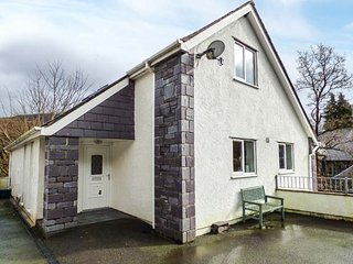 TY COCH, pet-friendly, lawned garden, fantastic base for Snowdon, Ref 949178 - Llanberis vacation rentals