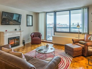 Spacious condo w/ lovely balcony, shared pool, & central location! - Boston vacation rentals