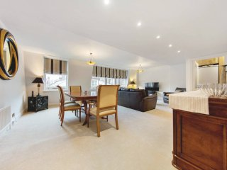 2 bed 2 bath in the heart of South Kensington - London vacation rentals