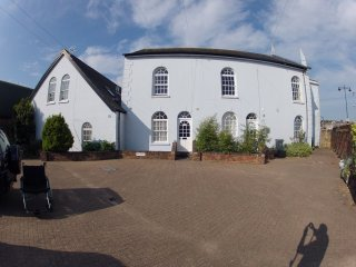 Pet friendly, chapel conversion on the banks of the river with the WOW factor - East Cowes vacation rentals