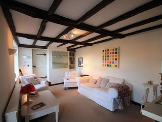 A charming hidden cottage yards from the sea with a gorgeous garden - Deal vacation rentals
