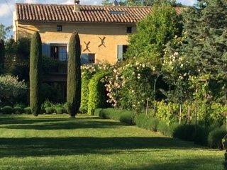 Mas en Provence avec charme et piscine pour 12 personnes. - Saint-Quentin-la-Poterie vacation rentals