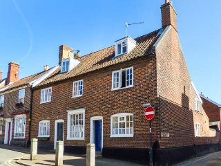 63 DAMGATE STREET, end-terrace, open fire, WiFi, cosy holiday home, in - Wymondham vacation rentals