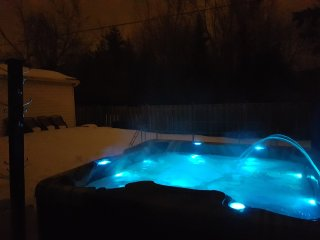 3 bedroom, sleeps 8, outdoor hot tub, 2 full bathrooms, 3 TVs, WiFi, parking - Ottawa vacation rentals