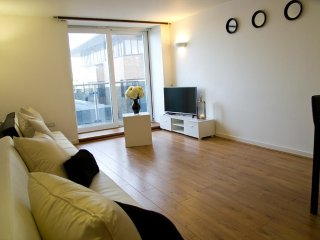 Cozy 2 bedroom Brentwood Apartment with Washing Machine - Brentwood vacation rentals