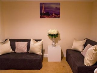 Cozy 2 bedroom Brentwood Apartment with Internet Access - Brentwood vacation rentals