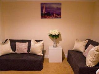 Comfortable 2 bedroom Condo in Brentwood - Brentwood vacation rentals