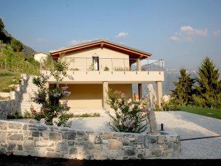 Appartamento SOLE di CAFFE'MAYA - Maslianico vacation rentals