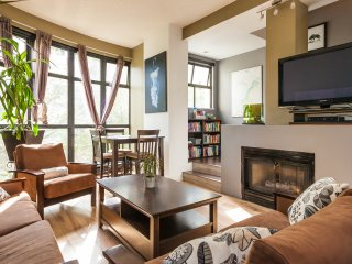 UNIQUE TOWNHOUSE - 1 BLOCK FROM SEAWALL-PRIVATE ROOFTOP - 3 BDR 2 BATH & PARKING - Vancouver vacation rentals