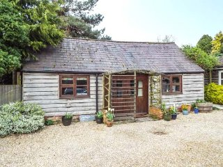 THE POTTERY, single-storey, romantic retreat, private patio, in village location, in Urchfont near Devizes, Ref 25807 - Devizes vacation rentals