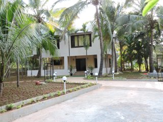 Palmeraie - A Calm Luxury Villa at Nagaon, Alibaug - Alibaug vacation rentals