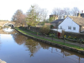 LUTINBELL COTTAGE,  Holiday Cottage with direct access to the canal - Skipton vacation rentals