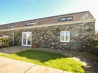 Y WENNOL, stone-built, all ground floor, pet-friendly, WiFi, Holyhead, Ref - Holyhead vacation rentals