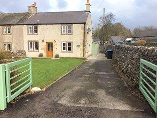 Characterful ,pet friendly cottage,sleeps 4,stunning views,village location - Biggin-by-Hartington vacation rentals