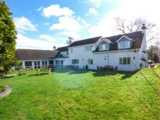 GREENFIELDS, 5 bedrooms, woodburning stoves, indoor swimming pool and hot tub - Alcester vacation rentals