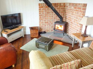 BEE GARTH detached, romantic retreat, woodburning stove, patio, in Castleton - Castleton vacation rentals