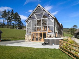 THE HAYLOFT, luxurious, hot tub, fantastic views, near Bleddfa, Ref 930463 - Bleddfa vacation rentals