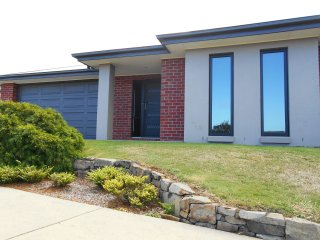 Beautiful 4 bedroom House in Inverloch with A/C - Inverloch vacation rentals