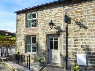 KINGFISHER, pet-friendly, patio with hot tub, Addingham, Ref 950576 - Addingham vacation rentals