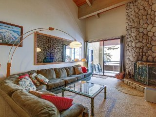 Comfortable ski-in/ski-out condo w/ shared hot tub & panoramic mountain views! - Mammoth Lakes vacation rentals