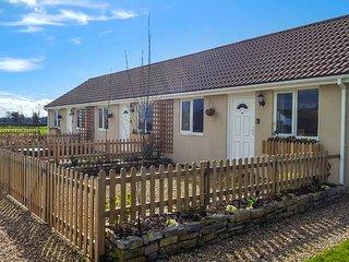 TEAL, bungalow, double bedroom, parking, lawned garden, in Watchfield, near Highbridge, Ref 921125 - Highbridge vacation rentals