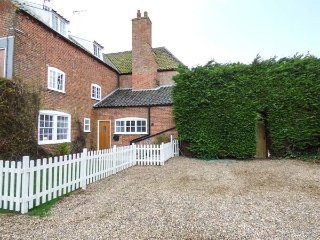 KILN COTTAGE, private hot tub, woodburning stove, 2 bedrooms, in Lowestoft, Ref - Lowestoft vacation rentals