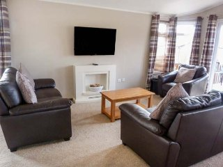 LODGE 16, detached, pet-friendly, hot tub, WiFi, nr Banchory, Ref 955223 - Strachan vacation rentals