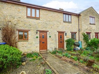 4 MANOR FARM COTTAGES, lovely terraced cottage, WiFi, courtyard garden, in - Stretton on Fosse vacation rentals