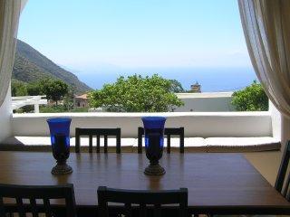 Villa Il Melograno, elegante casa dell'800 con vista mare e giardino alle Eolie - Leni vacation rentals