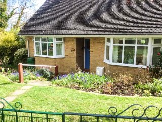 LITTLE ORCHARD, all ground floor, conservatory, enclosed garden, WiFi, Higher Odcombe, Yeovil, Ref 933887 - Yeovil vacation rentals