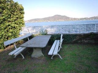 casa sul lago con accesso diretto dal giardino .. - Meina vacation rentals