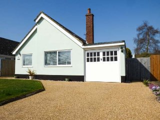 FERNDOWN, ground floor cottage, enclosed garden, WiFi, in Westleton, Ref 956459 - Westleton vacation rentals
