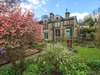 MANOR COTTAGE, Victorian end-terrac, woodburning stove, beams, garden, parking, - Meltham vacation rentals
