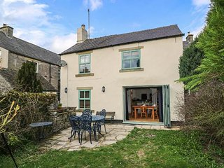 BLUEBELL COTTAGE, multi-fuel stove, open plan living, lawned garden, peaceful - Tideswell vacation rentals