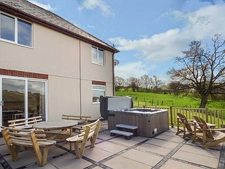 PHEASANT WOOD, countryside views, patio with hot tub, Llandrindod Wells, Ref - Llandrindod Wells vacation rentals