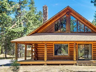 """""""Scent of Pine, Sound of the Wind"""" Forested Remodeled Log Cabin Near Sunriver - Bend vacation rentals"""