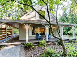 Relaxing riverfront cottage on the McKenzie River awaits you - McKenzie Bridge vacation rentals