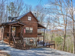 BEAR HAMMOCK- 4BR/3BA- LUXURY CABIN WITH A BEAUTIFUL MOUNTAIN VIEW, POOL - Blue Ridge vacation rentals